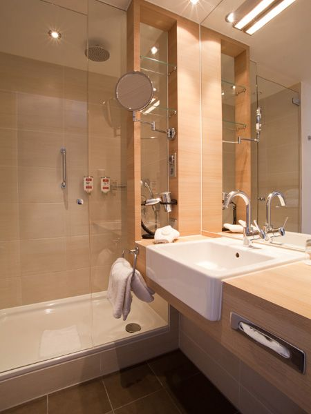 Blick ins Bad eines der Hotelzimmer / View into one of the bathroom of the hotel rooms | H+ Hotel Salzburg