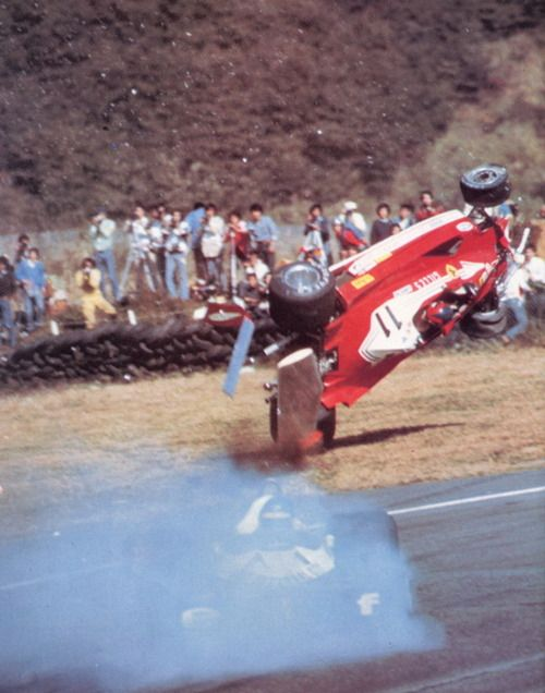 Gilles Villeneuve in incidente impressionante con Ronnie Peterson nel 1977 circuito Japanese Grand Prix.