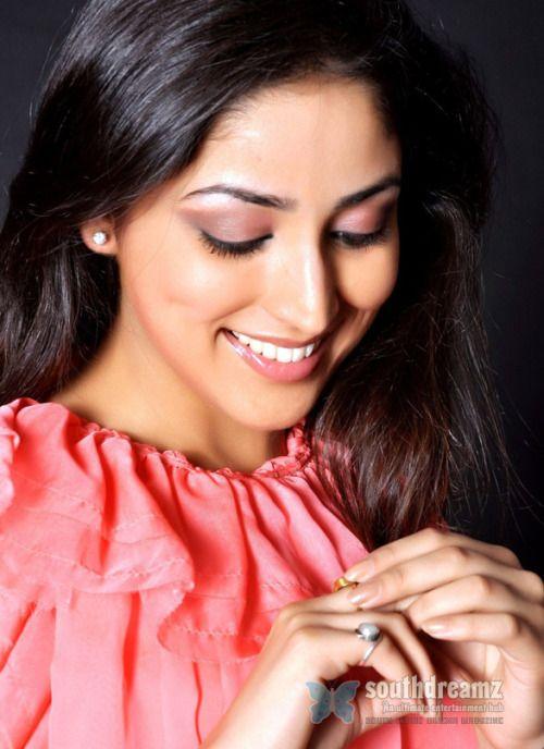 Mega Heroine vira para baixo Rare Atriz Offermi Yami Gautam que saltou para a fama em Telugu com Gouravam de Allu Sirish recusou a ... Ver Post