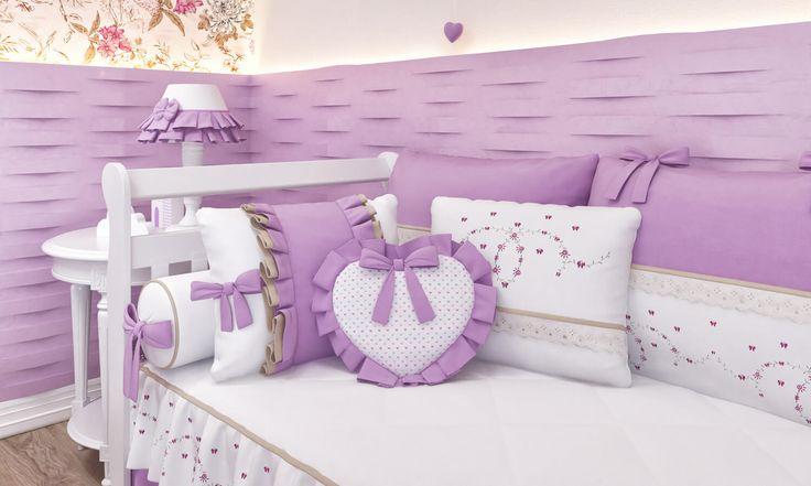 As almofadas decorativas são pelas essenciais para a decoração! No quarto de bebê lilás não é diferente, ainda mais com opções tão incríveis! No Quarto de Bebê Alice Lilás, as almofadinhas compõem com o ambiente graças aos bordados e formatos que incluem borboletas, flores e muito encanto!