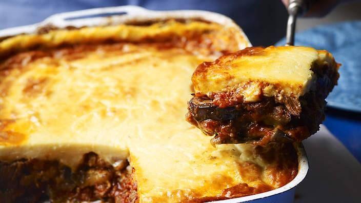Uma curta viagem até à Grécia? Vai-se ver grega/o para resistir a este prato! #Moussaka #receitas #pratointernacional #mundo #Grécia #beringela #tomate #iogurte #queijo #caseiro