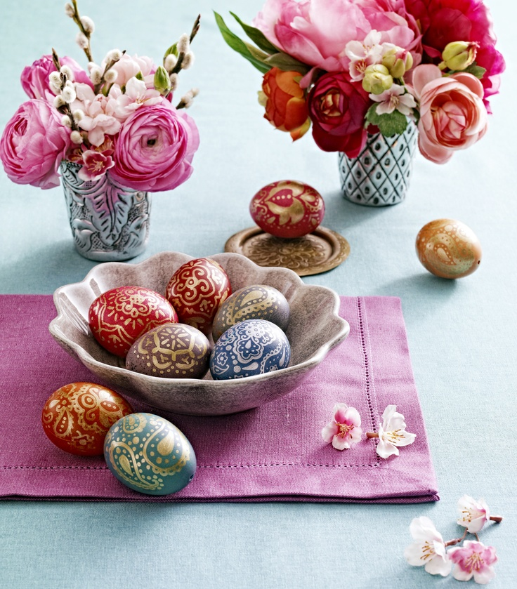 Easter eggs dyed and decorated with paint marker pens // Photo by Csaba Villányi, Styling by Zsófi Szigeti // Published in Éva magazine, evamagazin.hu