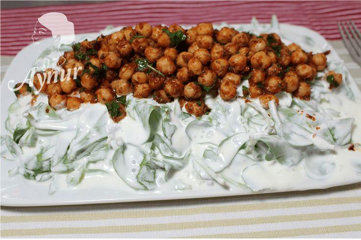 In der türkischen Küche wird der Döner eigentlich nicht mit Soßen abgeschmeckt, das ist nur in Deutschland und ich habe diese Rezepte original von türkischen Imbiss. PS: Für mehr Salat oder Soßen R…