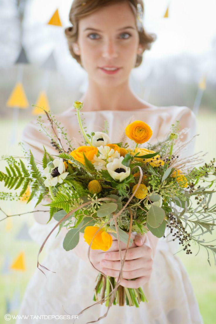 Bouquet de mariée jaune à l'esprit sauvage. Renoncules, anémones, baies et graminées. Photographe www.tantdeposes.fr