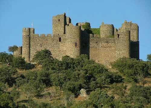 CASTLES OF SPAIN - Barcarrota Castle, Badajoz. This enormous medieval fortress is located in Extremadura. It is surrounded by streets, as the village of Barcarrota grew up concentrically around it. The Bancarrota castle, whose origins go back to the 14th century, stands out above all due to its keep with its rectangular structure, built in masonry work strengthened by angular stones and thick walls. It began to the Order of Alcántara at first, but ended up in hands of the Counts of Montijo.