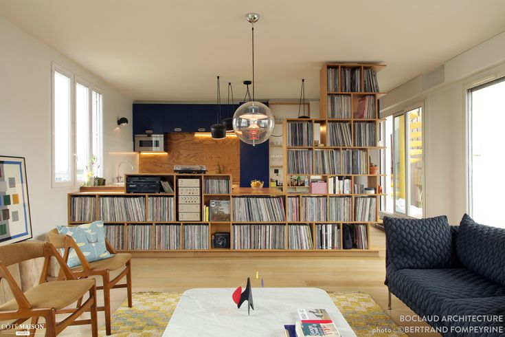 Quand les vinyles créent une cloison déco entre cuisine et salon...