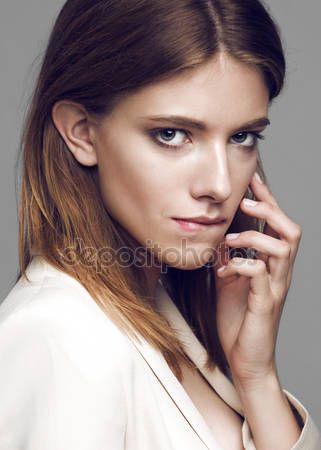 Glamour portret van mooie vrouw model met verse dagelijkse make-up en grappige golvende kapsel — Stockbeeld #76180647
