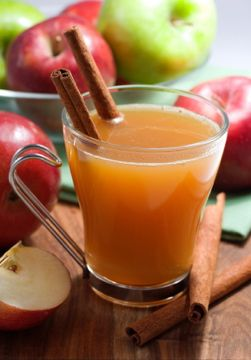 bebida tradicional navideña con una base de jugo de manzana.