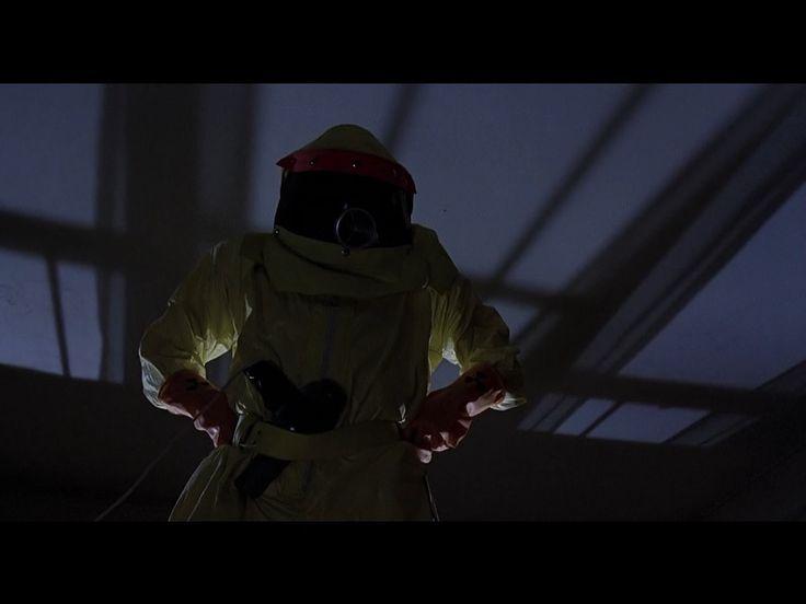 """Cuando Marty va a la casa de George McFly de noche, vestido con su traje antiradiación diciendo que era un tal Darth Vader del planeta """"Vulcano"""" (haciendo honor a Star Wars y Star Treck) para convencerlo de que invitara a Lorraine a ir al baile de la escuela (""""The enchantment under the sea"""" ó """"El baile del encanto bajo el mar"""" lleva un secador de pelo en el cinturón que sacó de la valija que Doc puso en 1985 en el DeLorean para su viaje al futuro antes de que lo mataran."""