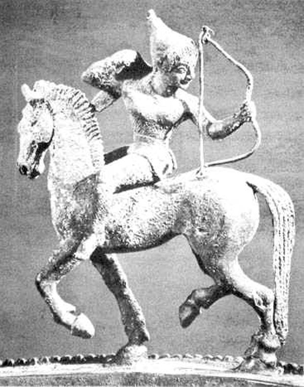 A charming Amazon warrior woman delivering a Parthian shot. A figure from the lid of a bronze dinos or cauldron of Etruscan origin excavated at Santa Maria di Capua Vetere, sixth century B.C.E. Courtesy of Osprey Publication Ltd . http://www.cais-soas.com/CAIS/Military/parthian_army.htm. Image: Kadın Savaşçılar Efsanesi: Amazonlar | Evren ve İnsan