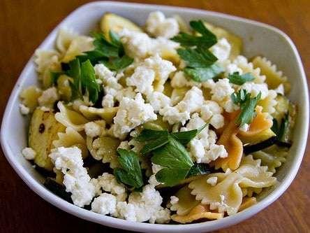 Oggi cuciniamo la pasta con zucchine e feta come primo piatto estivo veloce. Feta e zucchine, insieme a menta e succo di limone sono gli ingredienti per il condimento della pasta del formato farfalle o fusilli.