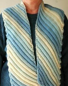 This free knit scarf pattern is perfect for chilly winter evenings. Make it today!