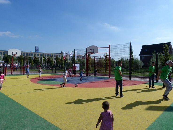 Speelpark voor alle bewoners in de wijk.  Zoals een voetbalveld of een basketbalveld.   Bron: http://www.nijha.nl/referentieplekken/ref_id=161/