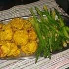 Almôndegas assadas de frango com aspargos