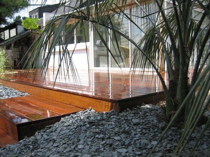 Terrasse bois en ipé et palmier pour ambiance contemporaine et exotique sur Arradon près de Vannes dans le Morbihan