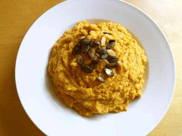 パンプキンフムス  食物繊維豊富なひよこ豆とかぼちゃを使ったフムスです。クラッカーや野菜につけたりベーグルにはさんで食べてもいい感じ♪ 材料 (4人分) ひよこ豆缶 1缶(今回は440g) かぼちゃ 半分 にんにく 2片 ごまペースト 大匙2 レモン汁 レモン1個分 クミンシード 小匙1 パプリカパウダー 小匙1/2 塩胡椒 お好みで(今回は小匙1) オリーブオイル 大匙1 水、またはひよこ豆の水 お好みで(今回は1/4カップ) かぼちゃの種 適宜 作り方 1 かぼちゃの皮をむき適当な大きさにスライスして耐熱性皿にのせラップをかけて6分位電子レンジでチン。 2 1とかぼちゃの種以外の全ての材料をブレンダー(フードプロセッサー)に入れて混ぜる。 3 お皿に盛り飾りとしてかぼちゃの種をちらしてみました。なくてもOKです。 コツ・ポイント 今回は水を1/4カップ少しずつ入れて柔らかさを調整しました。