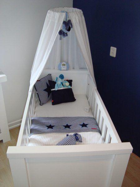 Meer dan 1000 idee n over donkerblauw slaapkamers op pinterest blauwe slaapkamer verf blauwe - Babykamer beige en wit ...