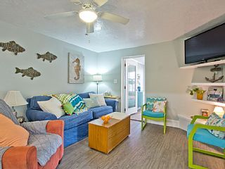 Great Location, 3 Bedroom, Pet Friendly Cottage Apartment, Only 1.5 Blocks To Beach!
