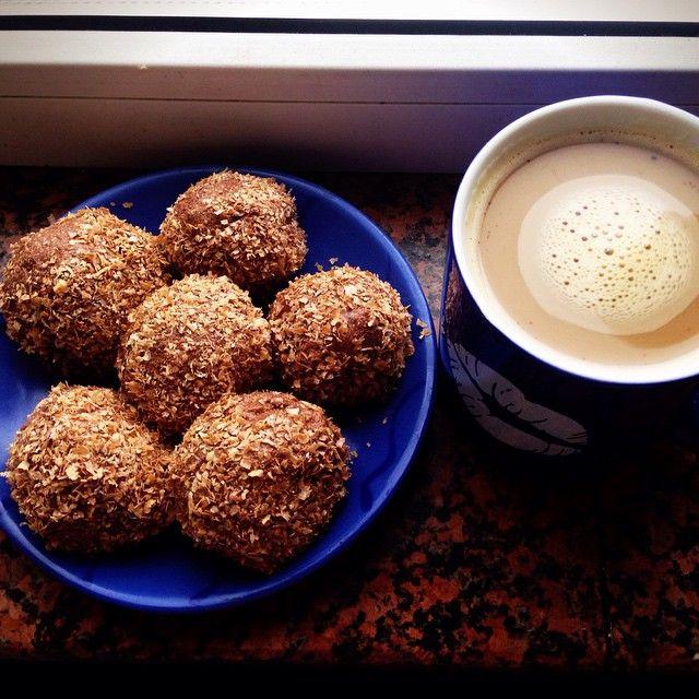 """Завтрак мечты Пирожные """"Картошка"""" Рецепт: 200 г творога (в брикете, по консистенции как сырковая масса), 2 ст л овсяных  отрубей, смолотых в муку, 1 ст л какао, 2 желтка, сахзам, ваниль, 2-3 ст л жидкого молока. Все хорошо перемешать и скатать в шарики (мой совет - НАМОЧИТЕ РУКИ) и поставить в холодильник. Через час обвалять в 1 ст л пшеничных отрубей. Поставить в холодильник еще минут на 20-30. Если какао бездоповое (до 2%), можно с Атаки. #дд #дюкан #диетадюкана #дневникпитания #худею #пп…"""
