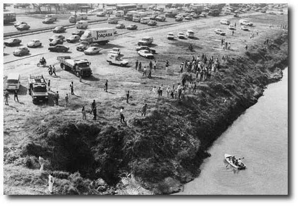 Curisosos pararam o trânsito na marginal do Tietê para acompanhar a caça ao jacaré. 1992