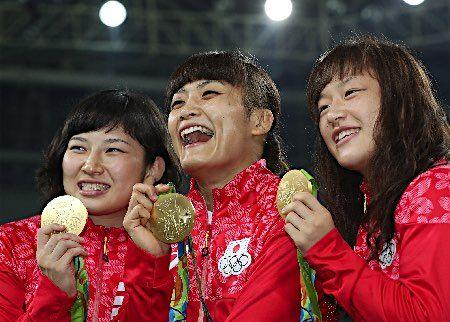 金メダルを手にする3選手 :フォトニュース - リオ五輪・パラリンピック 2016:時事ドットコム
