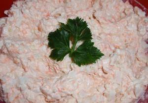 V osolené vodě s citronovou šťávou uvaříme očištěnou mrkev a celer téměř doměkka. Scedíme, necháme zchladnout, nastrouháme, dáme do misky. Přidáme jem...