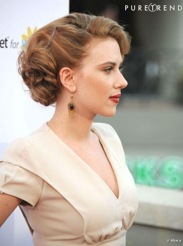 Pour un chignon de mariée glamour, inspirez-vous de Scarlett Johansson. Tendance rétro, il se porte tout en volume et accessoirisé dune mèche sur le côté.