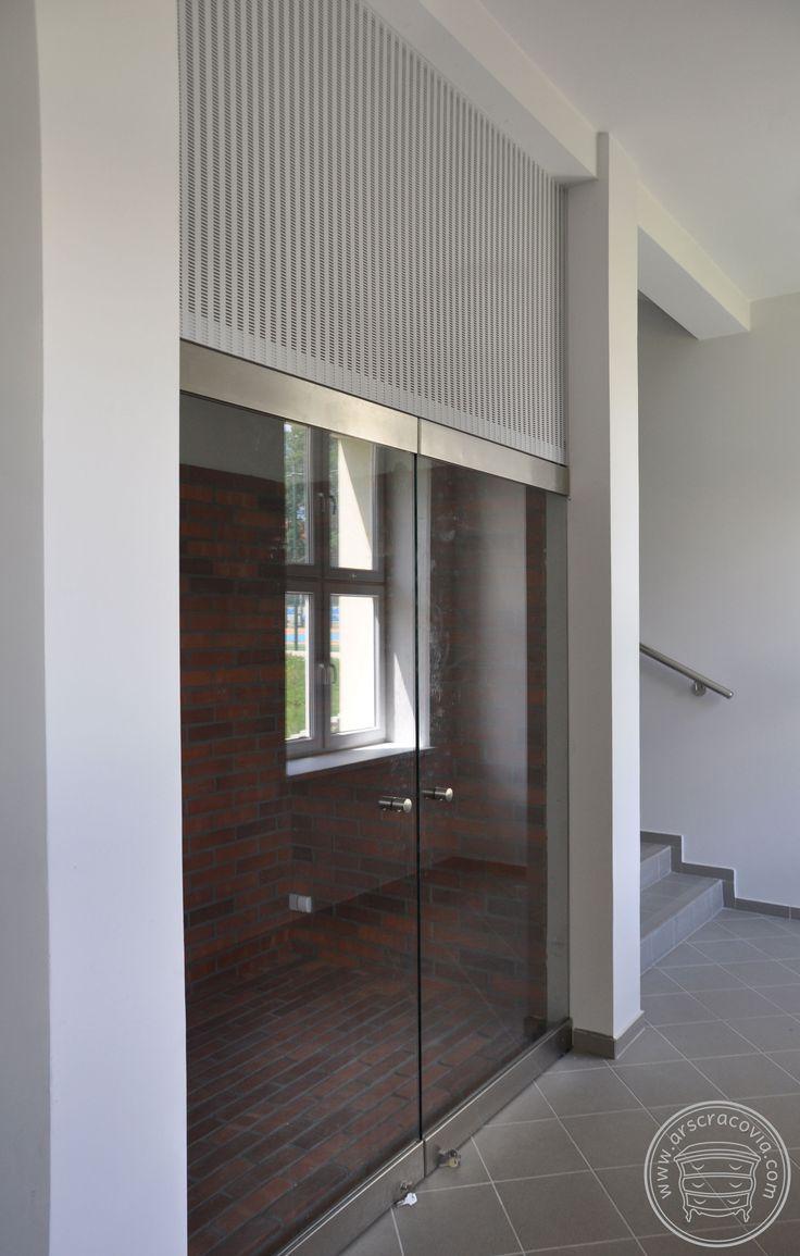 Zabudowa wnęki na zbiory magazynowane, górna część wypełniona malowaną proszkowo blachą perforowaną, ściany i podest wyłożone cegłą.