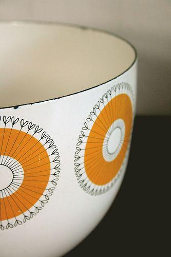 vintage enamel bowl: love the design