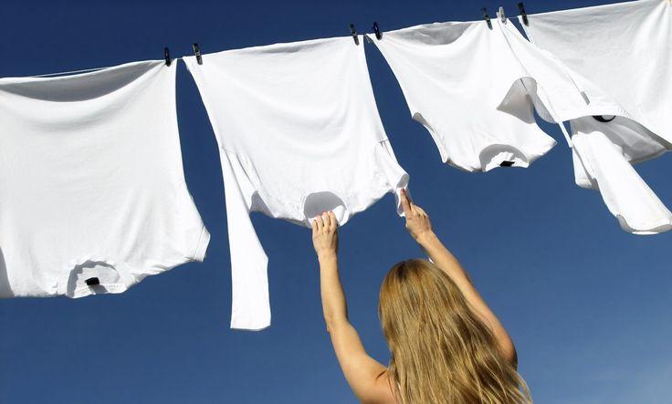6 formas de quitar las manchas amarillas de la ropa