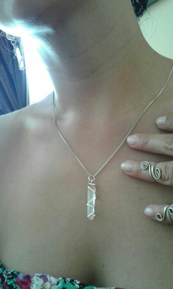 Colgante en plata y punta cuarzo cristal, anillos trabajo en alambre de alpaca.