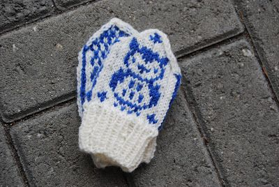 lovely little mittens found on the blog: http://strikkehikke.blogspot.dk - must try to make!