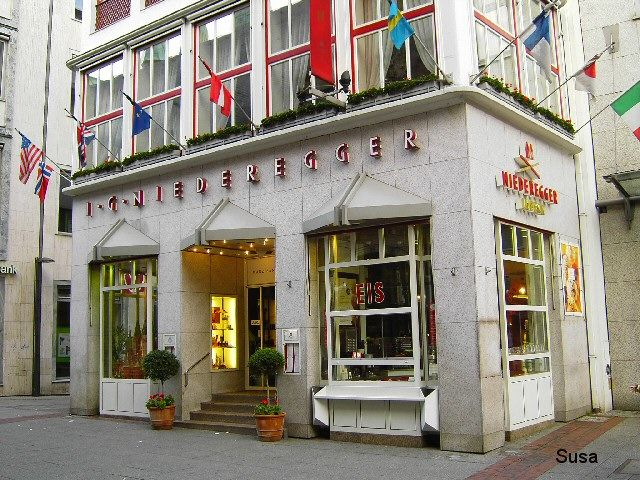 The Cafe Niederegger, in the immediate vicinity of the town hall, known by the marzipan Lübeck, was founded in 1806 by confectioner Johann G. ..