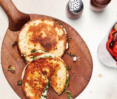 Quesadilla, varma tortillabröd fyllda med ost rostar du snabbt och smidigt i stekpannan. Fyllningen är lätt att variera. Här fyller du tortillabröden med saltstänkt fetaost och kryddig ruccola.