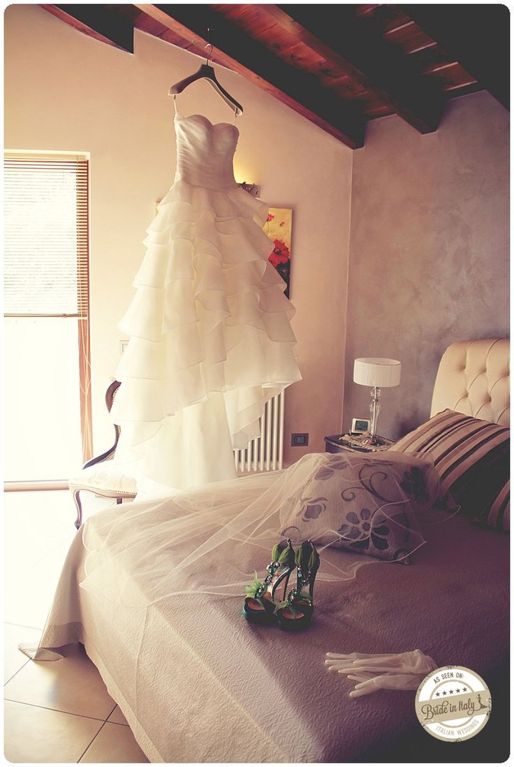 Ruffled gown is a classic one. I love the contrast with green wedding shoes. Ph Gabriele Parafioriti http://www.brideinitaly.com/2013/10/parafioriti-sicilia.html #italainstyle #bridal  #dress