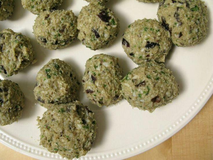 Aubergineballetjes Recept voor ongeveer 20 balletjes  2 aubergines (niet te klein) olijfolie zout en peper 150 gr oud wit brood (ongeveer 5 sneetjes) 1 ei (L) 120 gr geraspte parmezaan 2 tenen knoflook, gesnipperd een zeer ruime hand basilicumblaadjes  Verwarm de oven op 230 graden (200 voor hetelucht). Snijd de aubergine in dikke plakken van ongeveer een centimeter en leg ze op een bakplaat (leg er bakpapier onder!). Besprenkel ze met 2 of 3 eetlepels olie en bak ze 30 tot 40 minuten in de…