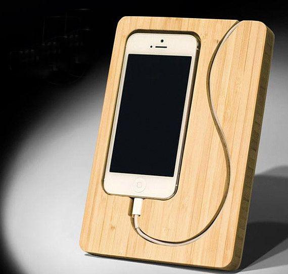 Personalisierte Holz iPhone 6 Plus stehen und Dock von WoodenLog