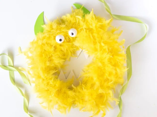 This Friendly Monster Wreath Will Welcome Trick-Or-Treaters Halloween Season, Halloween Fun, Monster Wreath, How To Make Crystals, Circle Crafts, Scary Halloween Decorations, Wreath Forms, Foam Crafts, How To Make Wreaths