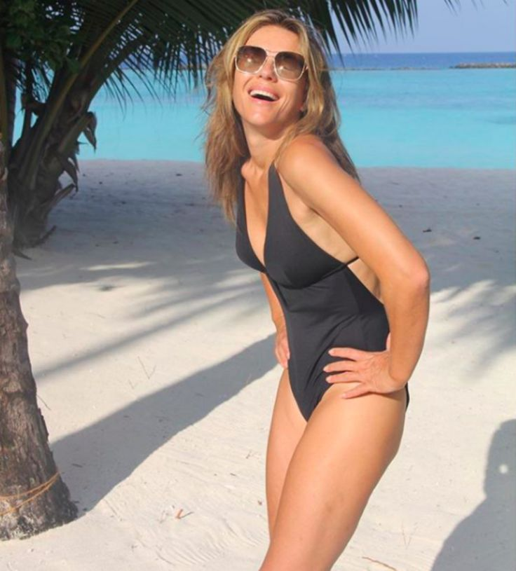 Elizabeth Hurley a los 52 te desea Feliz Navidad ¡en traje de baño!
