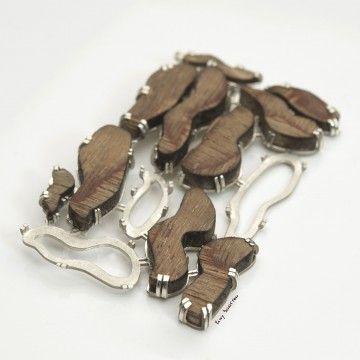 Elwy Schutten  Zilveren broche met houten figuren.  Pe 'de Moleque