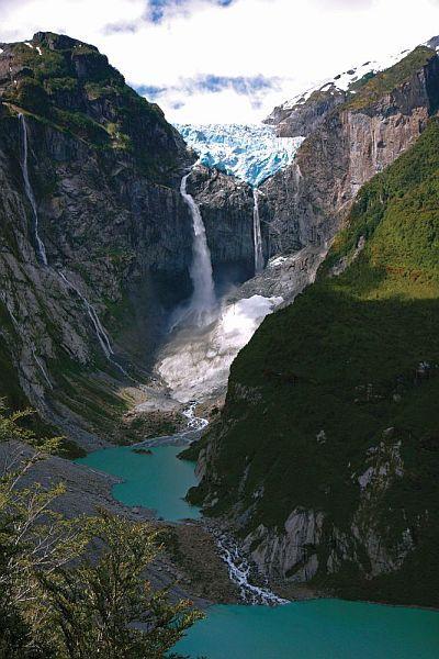 Puyuhuapi Lodge: Die im Süden gelegene Region Aysén ist Teil Patagoniens und zählt mit seinen atemberaubenden Fjordlandschaften, riesigen Grünflächen sowie weitläufigen Gebirgsketten zu einer der unberührtesten Landschaften in ganz Chile. Hier kann man die Natur noch in all ihren Ursprüngen in vollen Zügen genießen und mit Leib und Seele erleben.