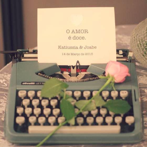 Baby's breath, Dinner, Gipsofila, Jantar de Noivado, Noivado, Pink and Green, Romantic, romantico, Verde e Rosa, maquina de escrever retrô, vintage typewriter, decor, decoration, decoração, cake table, mesa de bolo.