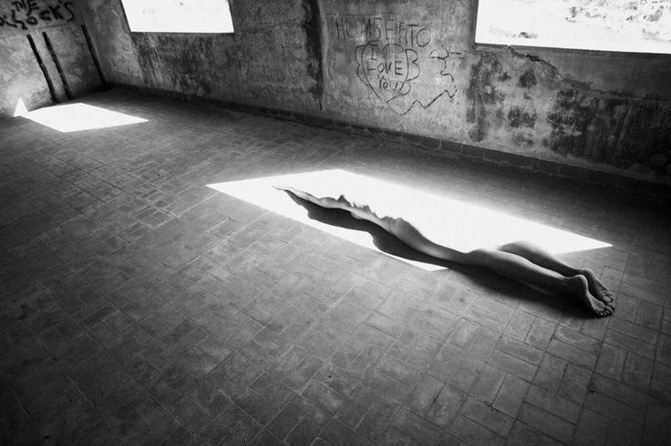 Viki Kollerova - artystyczne akty w czerni i bieli