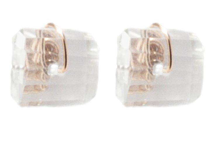 LK2764-18-16 Boucles d'oreilles en or Boucles d'oreilles en or. 2 pièces, cristal. 1.2 cm. 45e. Lumineux et sur l'oreille, ces clous à cristal de roche sont parfaits pour tout le monde. Cette pièce est adaptée à toutes les morphologies, et fonctionnera parfaitement sur un petit cou. Vous pourrez porter ce bijou avec tout, et sera super sur un tailleur pantalon noir. Clous entièrement réalisés à l'atelier, une paire à combiner à l'infini avec des chaînettes de la gamme modulable...
