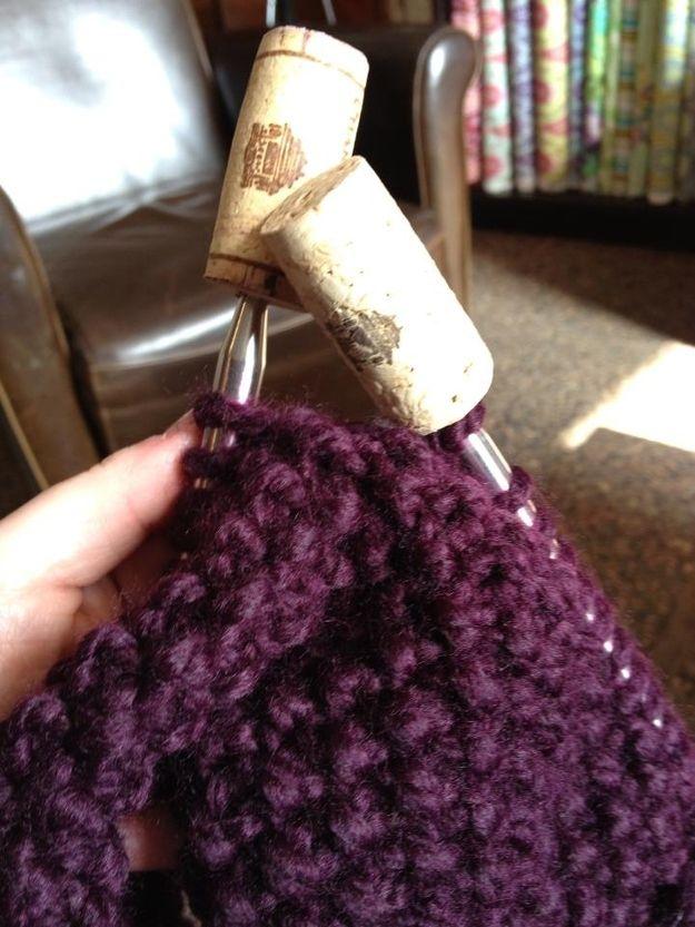 Gire corchos de vino en protectores de puntos para agujas de tejer.