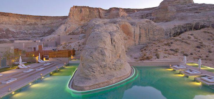 A la frontière de l'Arizona de l'Utah, entre désert, plateaux rocheux et terres rouges, l'Amangiri est une retraite de luxe en plein désert américain: des suites avec vue panoramique, un spa gigantesque, des piscines à même la roche, une cuisine organique et des cours de yoga et de pilates sous les étoiles. Si vous avez envie de continuer de rêver, l'hôtel propose des vols en hélicoptère ou en montgolfière au dessus du Grand Canyon. En toute simplicité.
