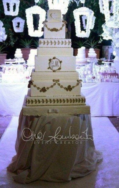Torta nuziale scenografica dagli elementi classicheggianti e dal tema parigino   Cira Lombardo Wedding Planner