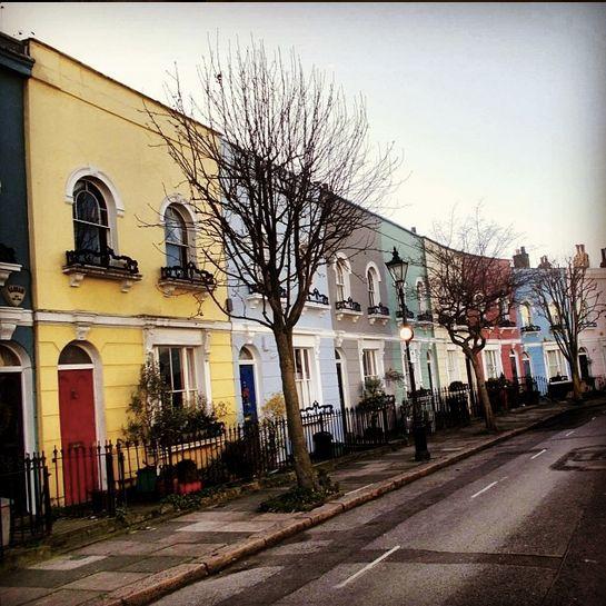 Prachtig velgekleurde huizen die de straat een gezellige sfeer geven.