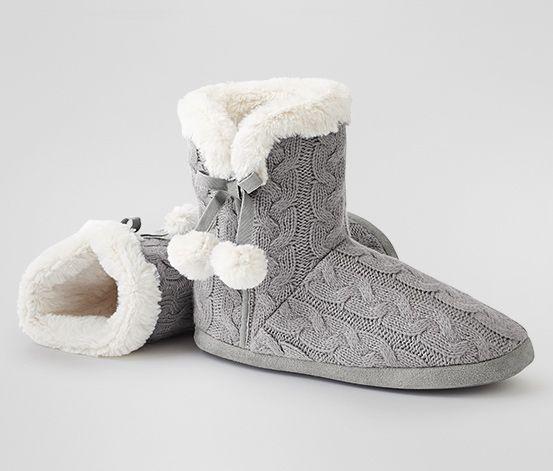 Die beste Hilfe gegen kalte Füße zu Hause sind diese süßen Hausschuhe.Sie halten wirklich richtich schön warm und sehen dazu noch total süß aus.♥ Zu kaufen:Tchibo