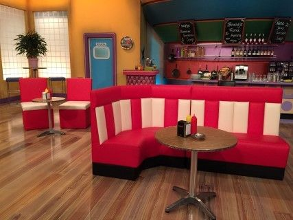 De tv-kantine bank gemaakt in 2014 Stoffeerderij Harpa www.diner-bank.nl